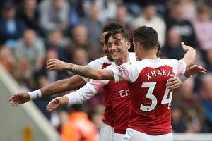 Mesut Oezil ghi bàn trong trận thứ 200 khoác áo Arsenal
