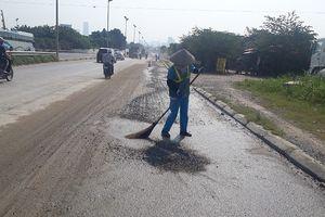 Hà Nội: Mặt đường gom Đại lộ Thăng Long bị phủ kín bê tông tươi