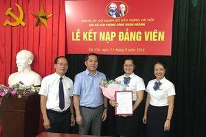 Chi bộ Văn phòng Công đoàn ngành Xây dựng Hà Nội kết nạp đảng viên mới