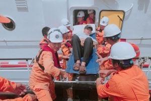 Cứu nạn 10 ngư dân tàu cá Quảng Ngãi bị ngộ độc