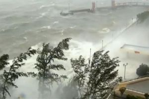 Siêu bão Mangkhut càn quét châu Á, ít nhất 49 người thiệt mạng
