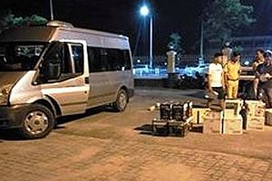 Gặp CSGT, xe khách chở 600 chai rượu lậu điên cuồng trốn chạy
