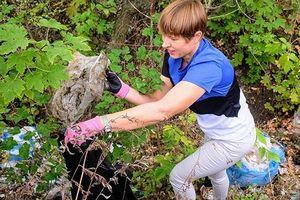 Tổng thống Estonia dọn rác tại công viên Ukraine