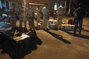 Xe khách chở rượu lậu lạng lách bỏ trốn khi gặp CSGT