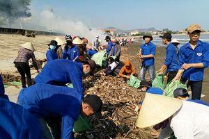 Nghệ An: Hàng trăm thanh niên chung tay thu dọn rác ở bờ biển