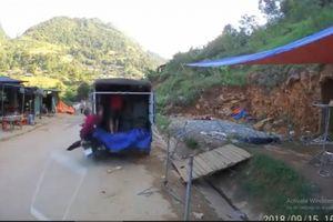 Clip xe máy lao với tốc độ kinh hoàng vào đuôi xe tải