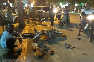 'Xế hộp' tông nát 2 xe máy, 3 người trọng thương