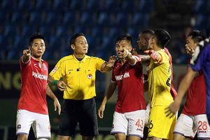 Trọng tài V-League sai lầm ngớ ngẩn: VPF cấm cửa, VFF kỷ luật cả tổ trọng tài