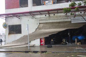Tòa nhà ở Hong Kong đung đưa, kính vỡ tung tóe trong bão MANGKHUT