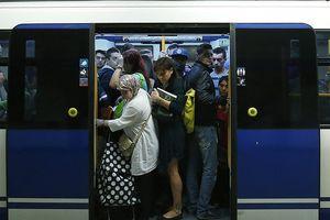 Máy tính phát nổ trên tàu điện ngầm Madrid, hành khách hoảng loạn