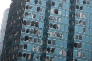 Cửa kính vỡ vụn tại cao ốc Hong Kong sau bão Mangkhut