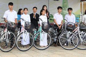 Tặng xe đạp và tập vở tiếp sức học sinh nghèo vượt khó tỉnh Bình Phước