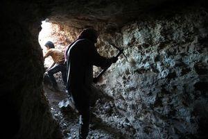 Lo sợ huyết chiến khốc liệt ở Idlib, người Syria đào hầm, mở rộng hang để ẩn náu