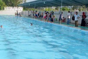 Theo anh chị vào bể bơi, một học sinh lớp 2 đuối nước tử vong