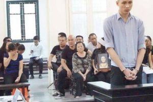 Vụ 'hot boy 9X' giết tình già ở chung cư cao cấp: Cô gái khóc thảm thiết đòi lại mẹ