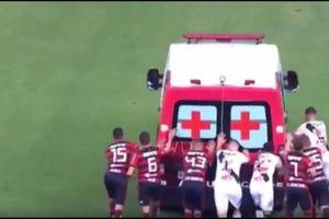 Lạ lùng, cầu thủ phải đẩy xe cứu thương