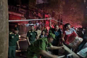 Cháy ngùn ngụt, cả phố Đê La Thành rầm rập chạy cứu đồ