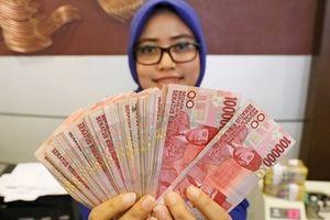 Tiền Indonesia chạm đáy thấp nhất 20 năm