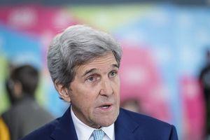 So sánh ông Trump với cô gái thiếu tự tin, ông John Kerry bị chỉ trích