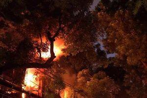 Hàng chục ngôi nhà ngay sát bệnh viện Nhi Trung ương đang cháy dữ dội