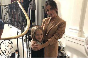 Tình như gia đình Beckham, đang trong show diễn Victoria vẫn tranh thủ hôn nhanh chồng con trên ghế khách mời