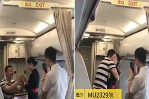 Nữ tiếp viên bị sa thải sau khi được bạn trai cầu hôn trên máy bay