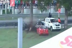 Clip: Va chạm trên đường đua khiến ô tô đứt làm đôi, người phụ nữ bị hất văng ra khỏi xe