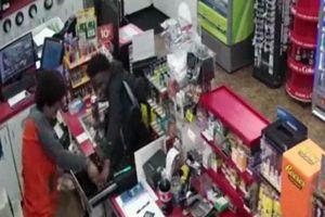 Lợi dụng nam nhân viên đột quỵ bất tỉnh, 2 thanh niên trộm tiền trong cửa hàng