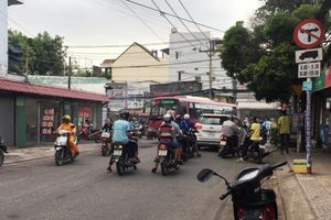 Kẹt xe liên miên, giao thông lộn xộn ở ngã ba Đỗ Xuân Hợp