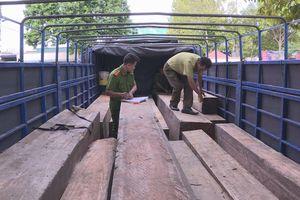 Phát hiện xe tải vận chuyển 31 hộp gỗ không có giấy tờ chứng minh nguồn gốc