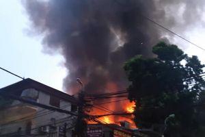 Lửa cháy lan 10 căn nhà ở Hà Nội, hàng trăm người dân phải sơ tán