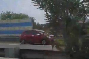 Nữ tài xế lái xe phóng 'như bay' ngược chiều trên đường cao tốc