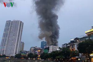 Cháy lớn ở khu vực Đê La Thành, sát Bệnh viện Nhi Trung ương