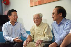 Ông Võ Văn Thưởng thăm NSND Trần Tiến và NSND Trần Bảng