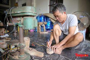 Người đàn ông 35 năm giữ nghề làm khuôn bánh thủ công ở Hà Nội