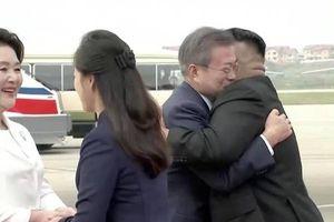 Cái ôm của 2 nhà lãnh đạo liên Triều giữa thủ đô Bình Nhưỡng