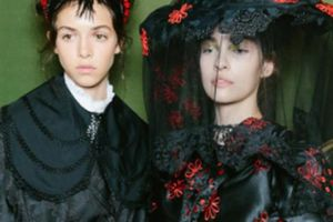 Người mẫu đẹp như tranh ở hậu trường Tuần thời trang London