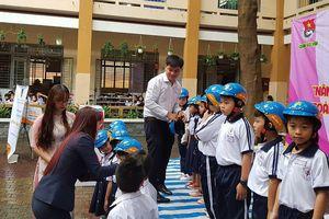 Bảo hiểm PVI Bến Thành trao học bổng và mũ bảo hiểm cho học sinh