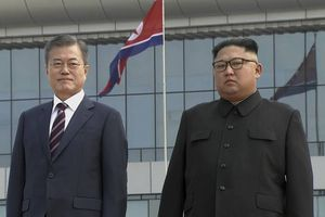 Ôm, bắt tay thân ái mở đầu hội nghị thượng đỉnh liên Triều lần 3