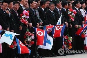 Người dân Triều Tiên vẫy cờ thống nhất đón Tổng thống Hàn Quốc