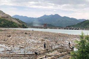 Nghệ An: Dọn rác ở lòng hồ thủy điện Bản Vẽ