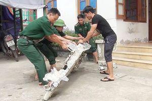 Ngư dân Quảng Bình phát hiện vật thể lạ nghi bộ phận máy bay