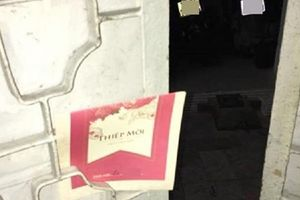 Hình ảnh chiếc thiệp mời đám cưới giắt vào cổng nhà khiến dân tình bức xúc: 'Mời như này chỉ cốt lấy phong bì'
