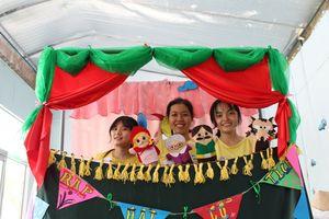 'Rạp hát cổ tích' đem tiếng cười cho các bệnh nhi tuổi thơ gắn với kim truyền