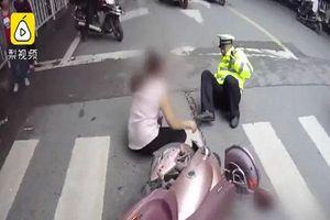 Trung Quốc: Bị thổi phạt, người phụ nữ đi xe máy tát cảnh sát giao thông trên đường
