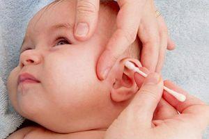 Có nên lấy ráy tai cho trẻ sơ sinh không?