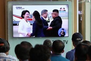 Người Hàn Quốc 'nấc nghẹn' khi ông Kim đón ông Moon tận chân máy bay