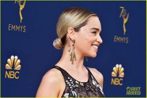 'Mẹ Rồng' Emilia Clarke quyến rũ trên thảm đỏ Emmy với đầm xuyên thấu