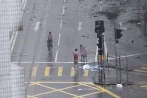 Ông bố gây phẫn nộ khi ép con chụp ảnh giữa siêu bão Mangkhut