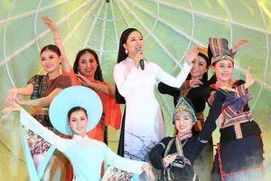 Phạm Thùy Dung gây ấn tượng khi hát mở màn HHVN